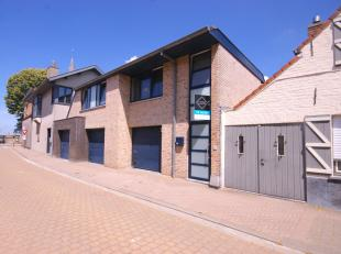 CHARMANT gelegen appartement in het HARTJE van Zuienkerke, op wandelafstand van winkel, slager, apotheek, huisarts...!<br /> INDELING:<br /> Eerste ve
