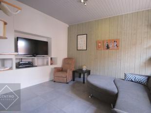 Betaalbaar appartement met 2 à 3 slpks én 1 garage in rustige straat te Sint-Andries!INDELING:Gelijkvloers:Inkomhal - afzonderlijk toile