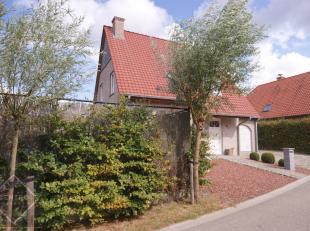 Degelijke woning met 3 slpks, ruime garage en tuin met ZUIDWESTgericht terras te Sluis (Op circa 10 min van Knokke-Heist)!  INDELING: Gelijkvloers: In