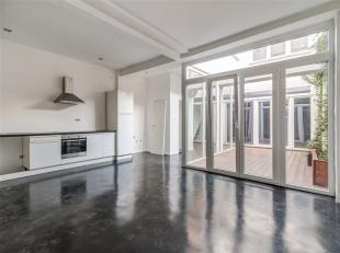Zeer ruim, prachtig gerenoveerde duplex loft-atelier van maar liefst 160 m2 met patio en grote garage met automatische poort van 30m2 . Een gebouw met