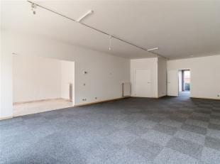 Gelijkvloerse handels/kantoorruimte van 90 m2 met terrasje te huur op centrale locatie te Deurne Zuid.  Ideaal voor vrije beroepen of als kantoorruimt