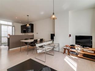 Gezinswoning van 184 m2 met veel potentieel, 4 slpk, garage en terras in hartje Antwerpen. U betreedt de woning via de centrale inkomhal dewelke toega