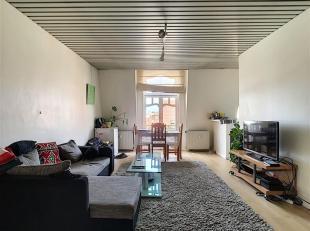 SOUS OPTION - SAINT-GILLES - PLACE VAN MEENEN - Bel appartement lumineux au 5e étage/5 (SANS ASCENSEUR!) qui est composé comme suit: hal