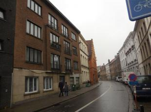 Gerenoveerd, instapklaar 1-slpk appartement (1eV) in centrum Gent. <br /> Indeling : <br /> inkom, een ruime leefruimte (30 m²), een volledig ing