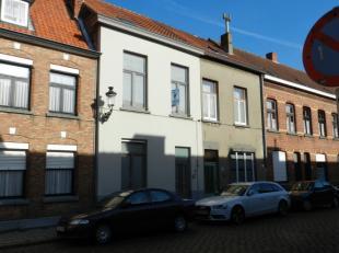 Gezellige woning, gelegen in het centrum van Brugge.<br /> <br /> Bestaand uit:<br /> <br /> Gelijkvloers:<br /> ruime inkomhal met ingemaakte kasten,