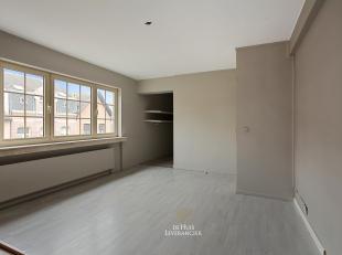 U zoekt een GROOT appartement pal in het centrum van Hove ? Kom snel kijken naar dit immense triplexappartement met acht slaapkamers, twee badkamers e