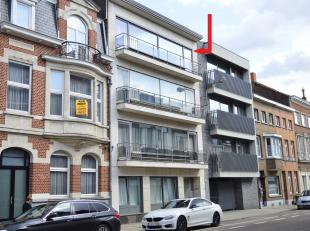Tienen, Leuvenselaan 29 - 4° verdiep MET LIFT. Ruim appartement. Volledig vernieuwd. Inkomhall met ingebouwde kasten, wc met lavabo, grote living