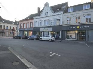 Frontière française, bel immeuble de rapport comprenant un rez de chaussée commercial et deux appartements. Excellent rendement l