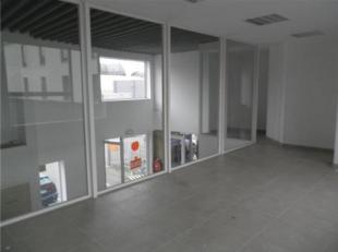 Ruim gerenoveerde kantoorruimte met een uitstekende commerciële ligging en optimale bereikbaarheid te huur. Deze ruimte heeft een centrale liggin