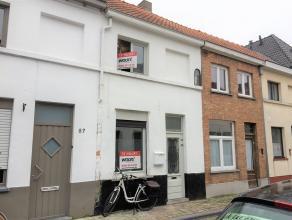 Gezellige stadswoning dichtbij de ring van Brugge. Deze woning omvat een inkomhal naar de woon- en eetkamer. Verder is er een open keuken. Er is een b