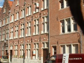 Ruim, zonnig en verzorgd appartement op de tweede verdieping van een herenhuis gelegen in hartje Brugge en toch op een zeer rustige locatie. Instapkla