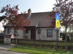 Alleenstaande woning in Zerkegem op rustige locatie voorzien van traphal met apart toilet en bureel.Living met veranda. Keuken  met spoelbak, inbouwfr