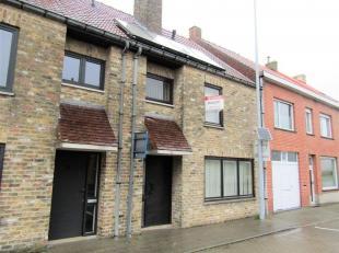 Rijwoning met garage en uitrit langs de achterzijde. <br /> Deze woning omvat een inkomhal met toilet, woonkamer met aparte keuken en berging. <br />
