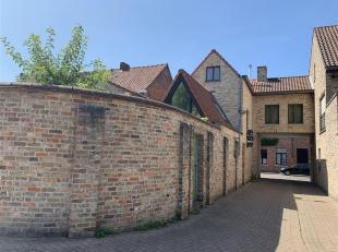 """Super mooi gelegen stadswoning met tuinje en mog. aankoop garagebox. Het pand is gelegen in de """"gouden driehoek"""" van Brugge en is georienteerd naar de"""