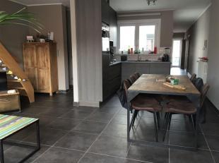 Instapklaar vernieuwd duplexappartement met 3 slaapkamers. <br /> Ruime woon en -eetkamer met open volledig ingerichte keuken. Enorm veel licht in de
