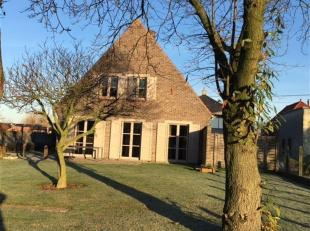 Verzorgde landelijk gelegen woning met mooie tuin rondom voorzien van tuinhuis en buitenbergingen. Zonnige zuidgerichte woning.<br /> Inkomhal met gas