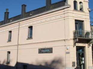 Spacieux et bel appartement (+/- 66m² habitables, entièrement rénové en 2015), situé dans le centre-ville. Compositio