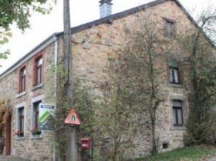 Fermette en pierre du pays, à rénover (3 façades, +- 309m² au total/+- 104m² habitables), avec garage/grange et jardin,