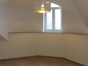 Aangenaam, klaarvol appartement (volledig vernieuwd, 2 slaapkamers, +- 85m²), gelegen in het stadcentrum.Indeling van deze woonst (3de verdieping