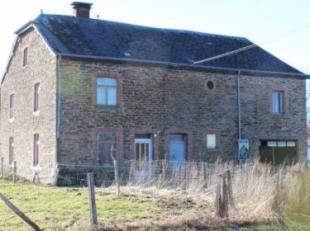 Te renoveren Ardeense woning (+- 92m² bewoonbare oppervlakte/+- 245m² totale oppervlakte), met garage en grond in woonzone doorkruist door e