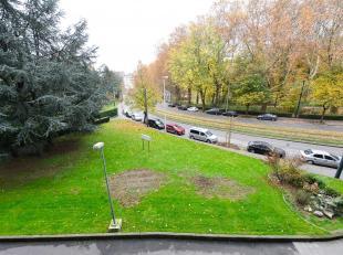Dicht bij voorzieningen, in een groene en luchtige wijk, ontdek dit appartement 3 slaapkamers - 2 badkamers met twee terrassen. Inkomhal, toegang woon