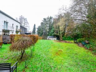 Dans un écrin de verdure, découvrez cet appartement duplex avec sa grande chambre parentale, sa terrasse arrière, son emplacement