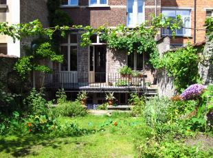 In een woonwijk dicht bij het park Duden, ontdek deze duplex van karakter (+/- 150 m²) met 2 slaapkamers en een prachtige tuin. Ofwel: hal, grote