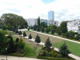 A deux pas des étangs d'Ixelles et en face des jardins du Roi, découvrez cet exceptionnel appartement de standing proposant de