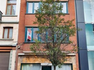 Strategische locatie in het centrum van Brussel, ontdek dit bedrijfshuis met 1 gerenoveerde woning. Of in bestaande situatie, is het pand als volgt sa