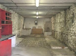 Spacieux bâtiment de stockage érigé sur deux niveaux d'une superficie totale de 130 m². Possibilité d'entreposer 2 ou