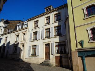 Spacieuse ancienne maison à rénover située dans une charmante rue proche du centre de Bouillon. Elle se compose comme suit au rez