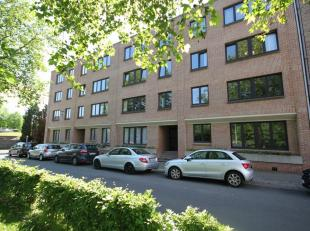 Opgefrist gelijkvloers appartement gelegen nabij het centrum van Kraainem, op wandelafstand van het openbaar vervoer.  Gelijkvloers (met lift): ruime