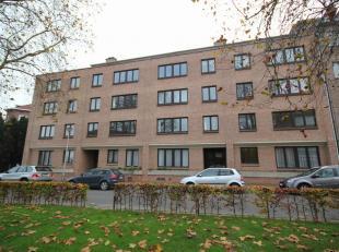 Aangenaam appartement gelegen nabij het centrum van Kraainem, op wandelafstand van het openbaar vervoer.  1ste verdieping (met lift): ruime inkomhal m