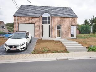Nieuwbouw villa afgewerkt met kwaliteitsmaterialen te Ottenburg (Huldenberg).<br /> Gelijkvloers (tegelvloer): inkomhal (5m²) met apart toilet, 3