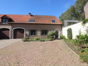 Aangename woning met tuin te Huldenberg op wandelafstand van openbaar vervoer.<br /> Gelijkvloerse verdieping: inkomhal (3m²), toilette sé