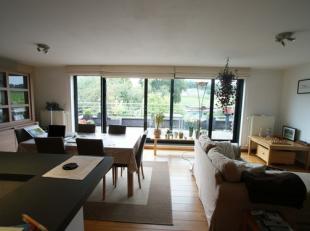 Mooi 2slaapkamer-appartement in Heverlee. 1e verd: Inkomhal (4m²), 40m² living in parket, open plan volledig ingerichte keuken(koelkast met