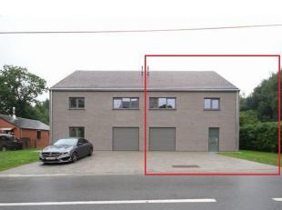 Nieuwe half-open bebouwing met tuin en terras gelegen te Huldenberg. Gelijkvloers (tegelvloer): inkomhal, apart toilet, 38m² woonkamer met toegan