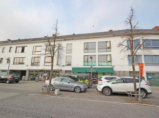 Duplex appartement met terras en koertje gelegen op het gemeenteplein (centrum) van Keerbergen, klein gebouw, bouwjaar 1974. Eerste verdieping (met tr