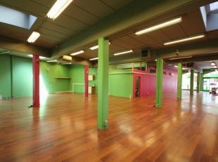 Groot handelspand (250m²) gelegen in het centrum van de winkelstraat in Stokkel (Sint-Pieters-Woluwe) met bureauruimte, opbergruimte en apart toi