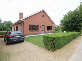 Agréable et beau bungalow détaché (avec garages et caves de stockage). Situé sur un très grand terrain de 25are36ca
