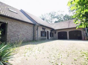 Achterin gelegen villa van maar liefst 700m² woonoppervlakte op een perceel van 21a66ca.  De woning en tuin zijn aan een volledige renovatiebeurt