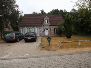 Zeer rustig gelegen alleenstaande woning met 4 slaapkamers in Huldenberg.<br /> <br /> Gelijkvloers: Inkomhal (7m²), woonkamer met open haard, ke