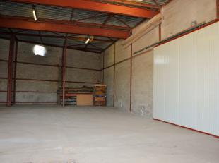 Dit magazijn (met opslagruimte van ongeveer 400m²) is gelegen in de Zulzekestraat in Kluisbergen en heeft een goede ontsluiting. De N60 (verbindi