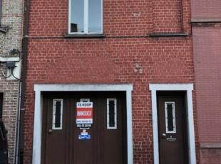 Te renoveren rijwoning met garage en magazijn te Menen.De woning omvat op het gelijkvloers een inkom, leefruimte, keuken, badkamer, toilet, garage en