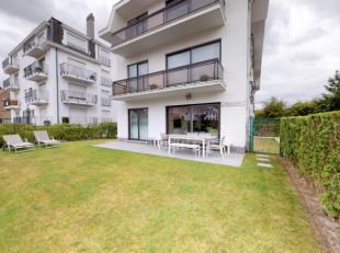 Prachtig instapklaar appartement op het gelijkvloers met aansluitende tuin en groot terras. Gelegen op 300 m. van het Duinbergse strand. Grote woonkam