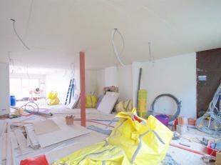 Cette maison à finir située dans le centre de Lauwe se compose de: grand hall d'entrée, salon lumineux avec possibilité de