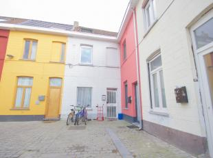 Deze op te frissen woning gelegen te centrum Kortrijk op enkele meters van de Veemarkt en K- shoppingcentrum bestaat uit: <br /> <br /> Inkom hall met