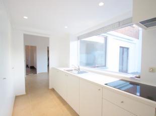 Cette belle maison située dans un quartier calme de Lauwe comprend: une entrée, un salon spacieux qui se prolonge en une salle à