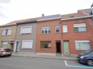 Te renoveren woning centraal gelegen te Wevelgem in de nabijheid van accomodaties bestaande uit:<br /> <br /> Gelijkvloers: ruime woonkamer met eetrui