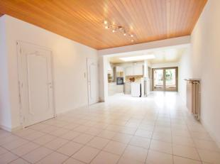 Dit huis ideaal gelegen te Rekkem omvat:<br /> <br /> De gelijkvloers: Een grootte woonkamer die doorloopt naar een eetkamer met veel natuurlijk licht